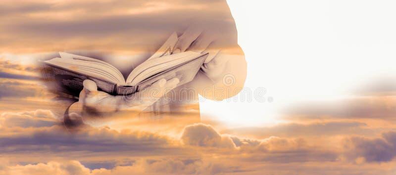 Muslimsk man som rymmer Koranen, effekt för dubbel exponering royaltyfria foton