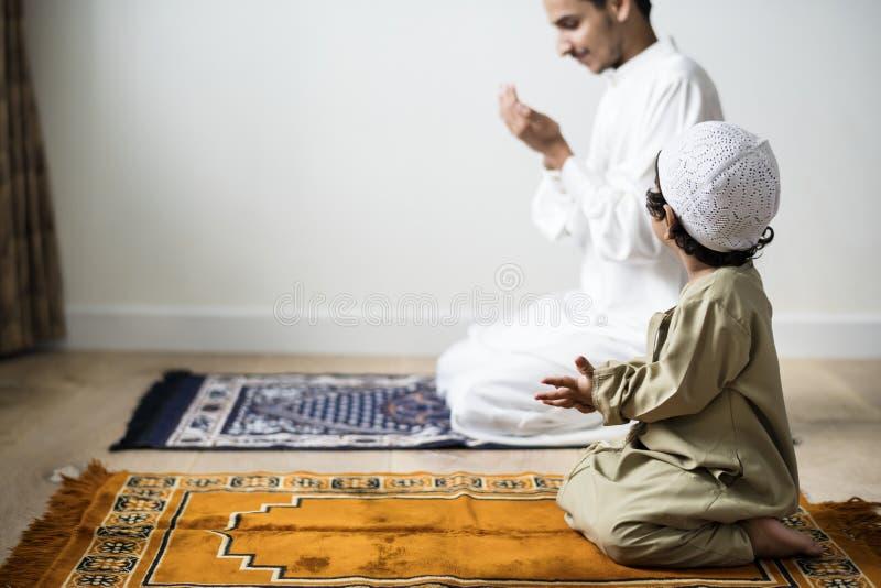 Muslimsk pojke som lär hur man gör Dua till Allah royaltyfri bild