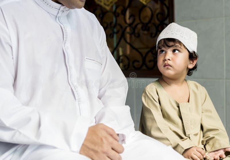 Muslimsk pojke som lär hur till Salah royaltyfria bilder