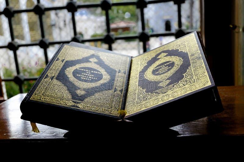Muslimsk Quranbok på en ställning arkivbild