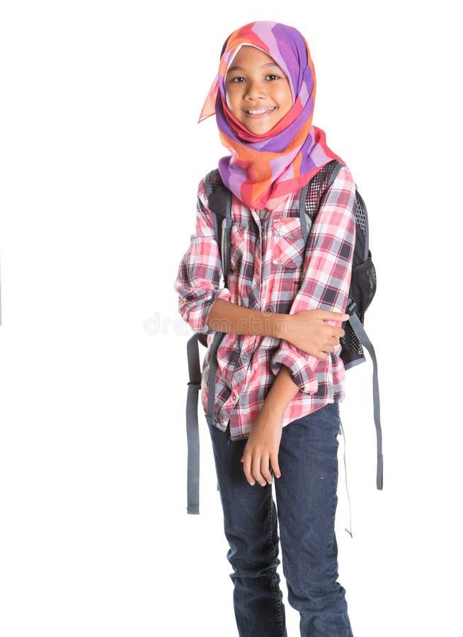 Muslimsk skolaflicka med skolapåse II arkivfoton