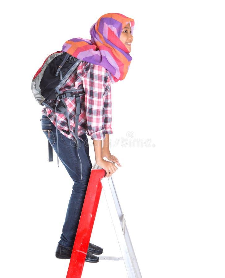 Muslimsk skolaflicka och stege II fotografering för bildbyråer