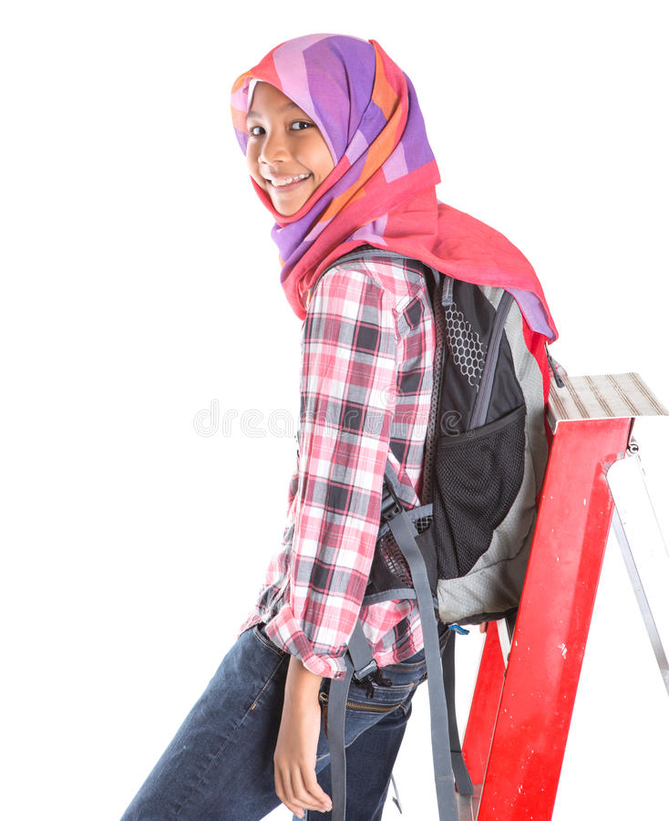 Muslimsk skolaflicka och stege V royaltyfri bild