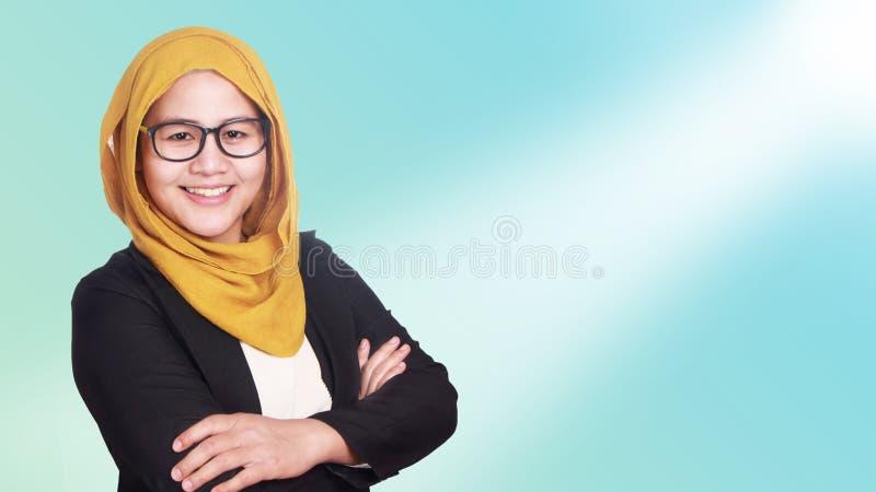 Muslimska affärskvinnaStanding With Crossed armar arkivbild