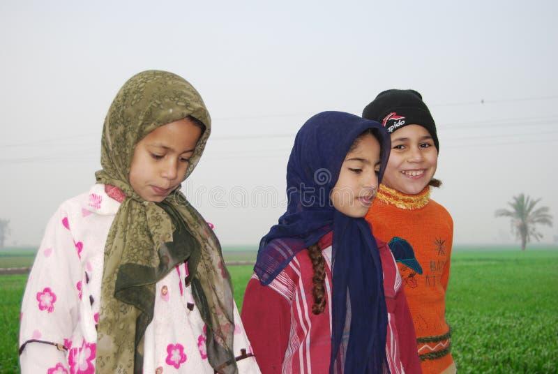 Muslimska flickor som spelar på en lantgård i Egypten arkivbild