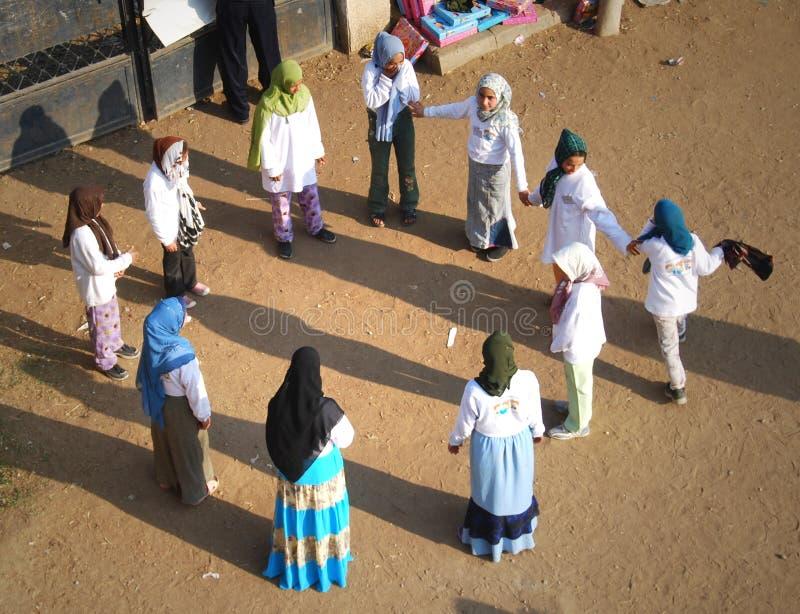Muslimska flickor som spelar på skolan i Egypten royaltyfri fotografi