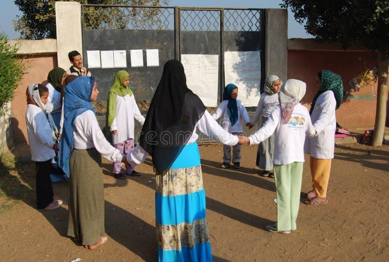 Muslimska flickor som spelar på skolan i Minia arkivfoto