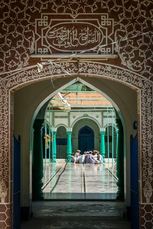 Muslimska män som debatterar i en moské royaltyfri fotografi