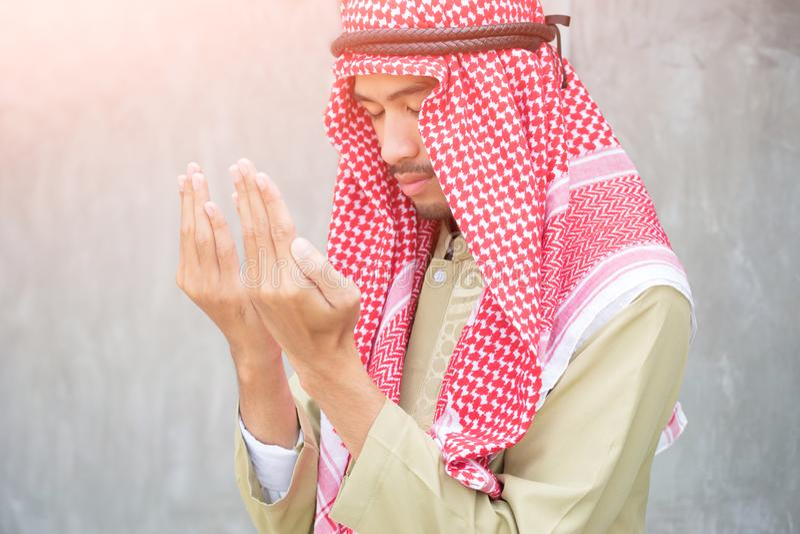Muslimskt arabiskt be för man, bönbegrepp för tro, andlighet och religion royaltyfri fotografi