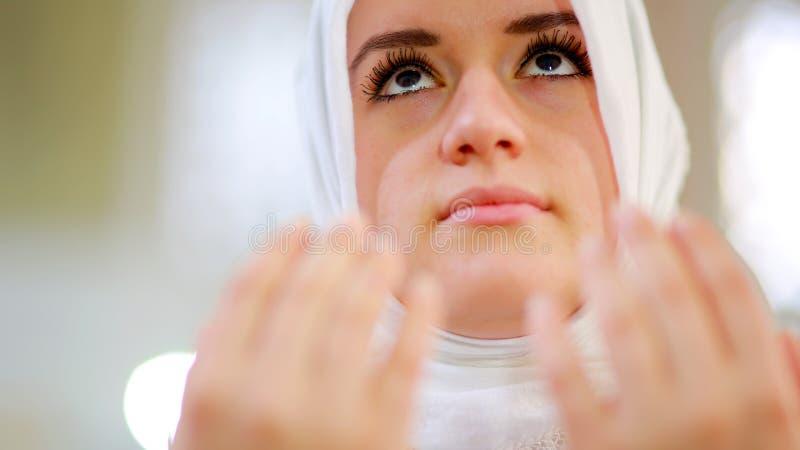 Muslimskt be för flicka royaltyfri foto