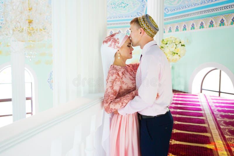 Muslimskt bröllop av ett par i moské Nikah arkivfoton