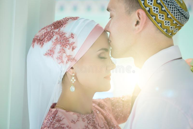 Muslimskt bröllop av ett par i moskén Nikah royaltyfria foton