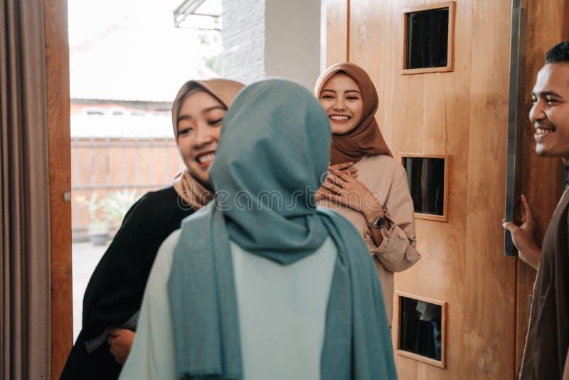 Muslimskt folk som bes?ker v?nnen och familjen p? eid mubarak royaltyfri foto