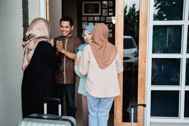 Muslimskt folk som bes?ker v?nnen och familjen p? eid mubarak arkivbild
