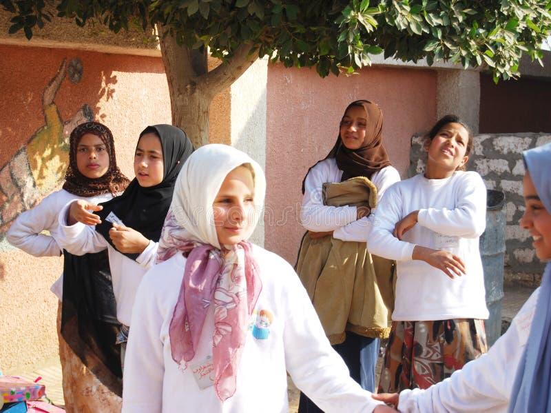 Muslimskt le för flickavänner som spelar i Egypten royaltyfri bild
