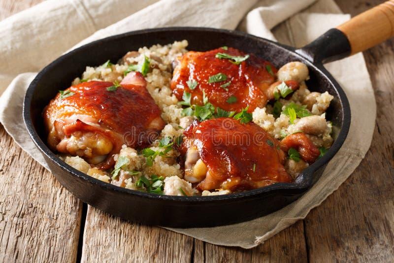 Muslos cocidos del pollo con la quinoa y las setas orgánicas cerca para arriba fotografía de archivo libre de regalías