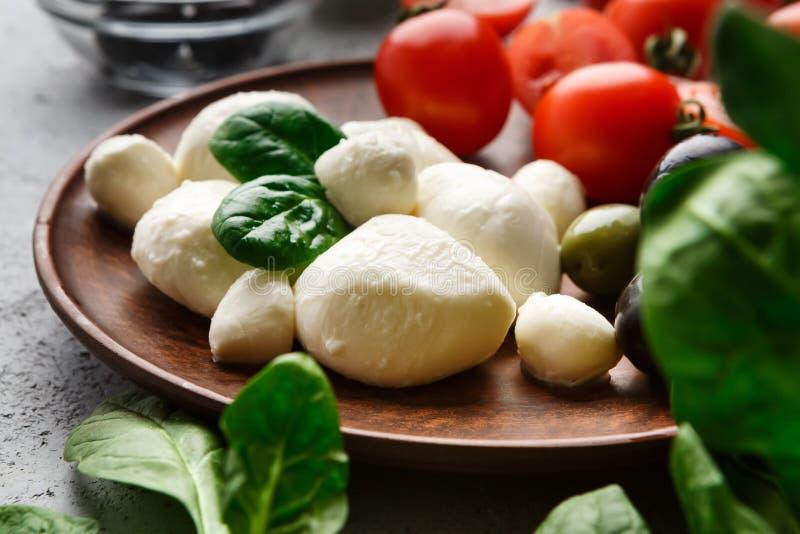 Mussarela, tomates e manjeric?o na placa imagens de stock royalty free