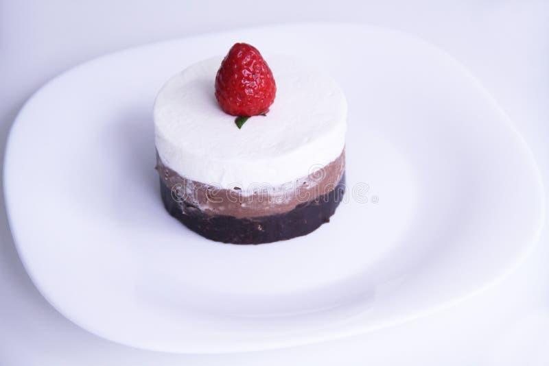 Musse de chocolate com Sao Paulo Brazil da sobremesa de chantilly e de morango imagem de stock