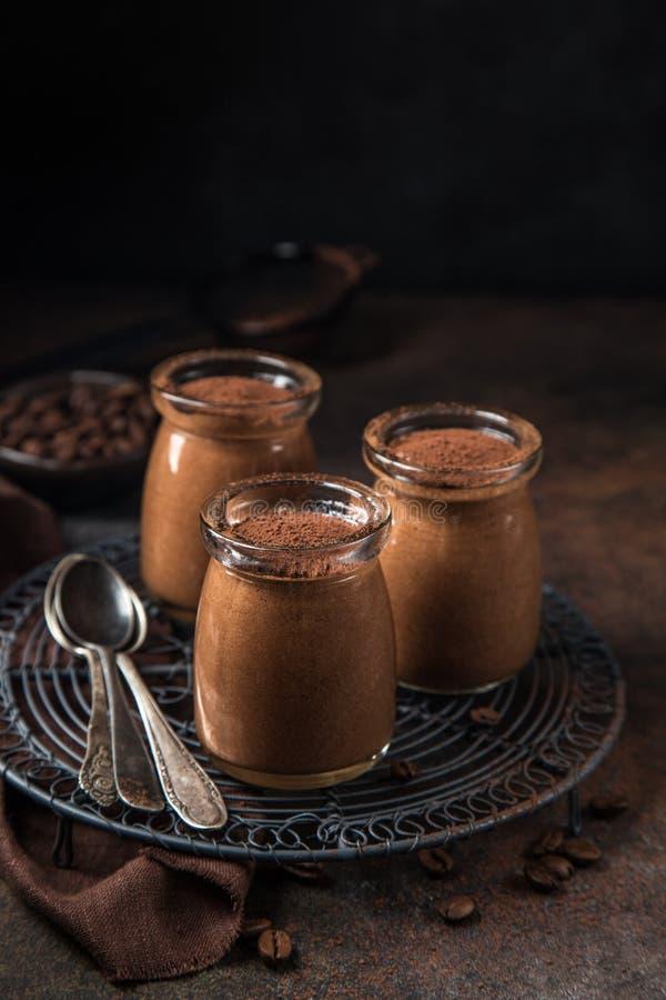 Musse do café do chocolate nos frascos de vidro fotos de stock