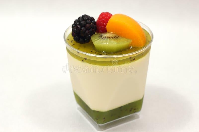 Musse e quivi da sobremesa com mixedfruit foto de stock