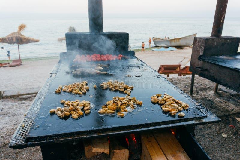 Mussels i ryba smaży przy plażą obrazy royalty free