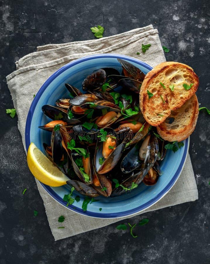 Mussels w czosnku masła kumberlandzie słuzyć z pietruszką, grzanką i cytryną, obraz stock