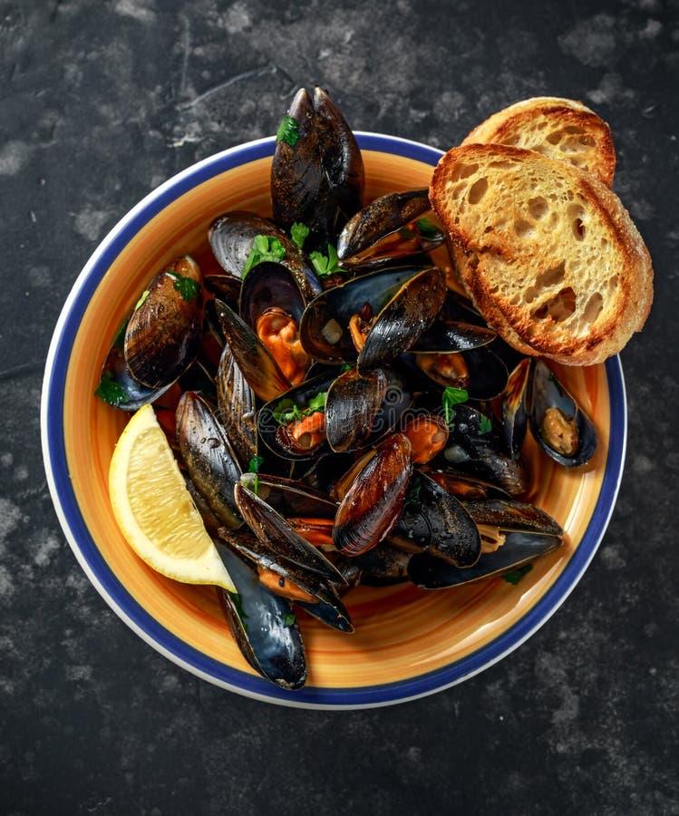 Mussels w czosnku masła kumberlandzie słuzyć z pietruszką, grzanką i cytryną, fotografia stock