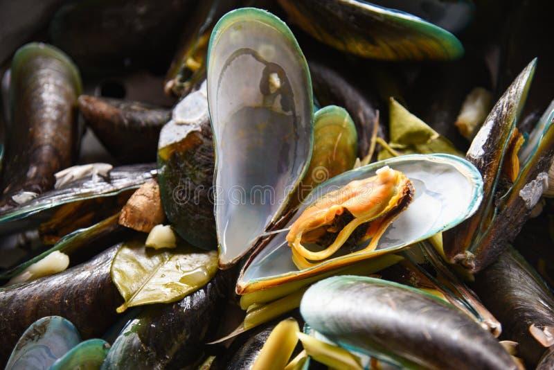 Mussels z ziele w gor?cy garnek gotuj?cym zielonego mussel paruj?cym owoce morza zdjęcie royalty free