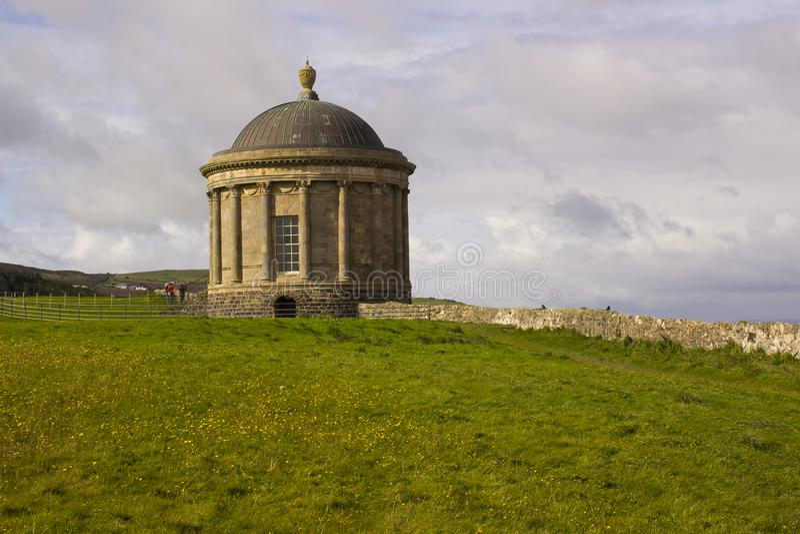 Mussenden świątynia lokalizować na Zjazdowym Demesne w okręgu administracyjnym Londonderry na Północnym wybrzeżu Irlandia fotografia stock