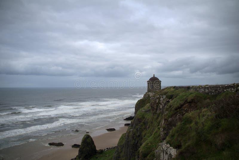 Mussenden-Tempel mit abschüssigem Strand lizenzfreie stockfotos