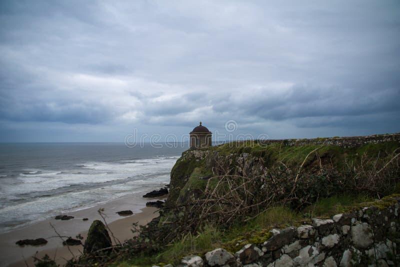 Mussenden-Tempel mit abschüssigem Strand stockfotografie