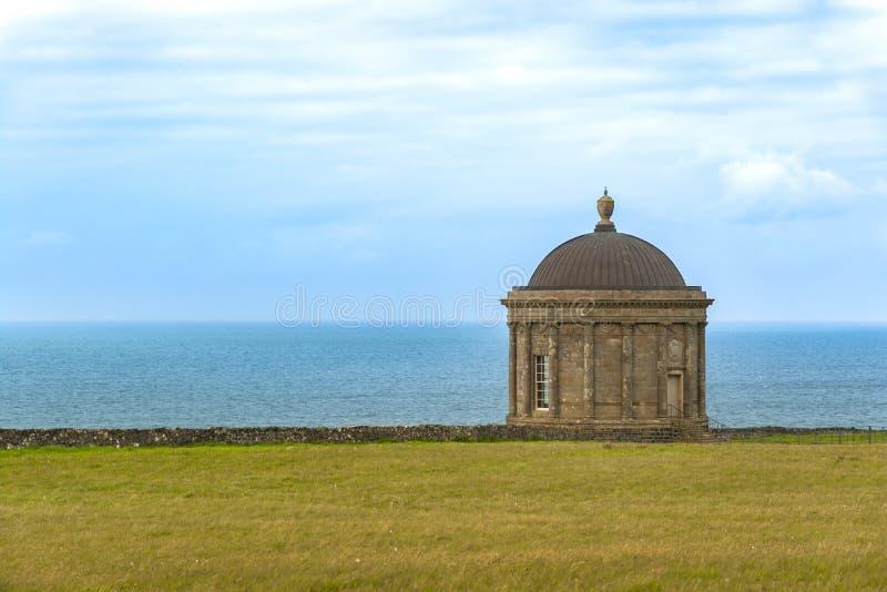 Mussendentempel, de Kustlijn van Noord-Ierland, de Atlantische Oceaan royalty-vrije stock foto
