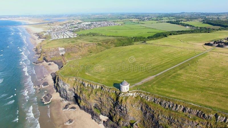 Mussendentempel en bergaf Demesne Co van Coleraine Derry Northern Ireland stock afbeeldingen