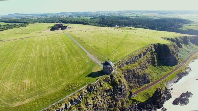 Mussendentempel en bergaf Demesne Co van Coleraine Derry Northern Ireland royalty-vrije stock afbeeldingen