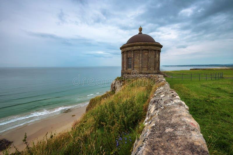 Mussendentempel op hoge klippen dichtbij Castle Rock in Noord-Ierland wordt gevestigd dat royalty-vrije stock foto's