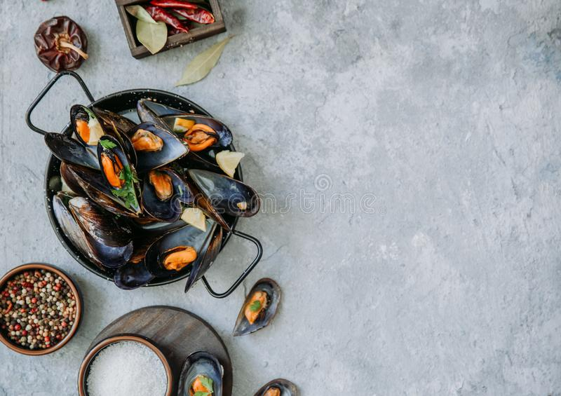 Musslor i vin med persilja och citronen bakgrundsbegreppsholdingen isolerade havs- white för langoustinecitron arkivbilder