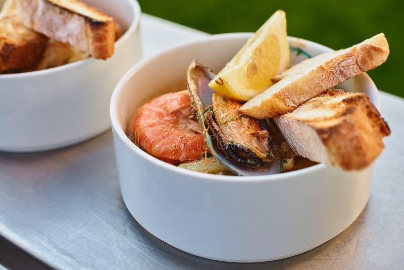 Musslor i vin med persilja och citronen Skaldjur Musslor i skalen Läckert mellanmål för gourmander Selektivt fokusera royaltyfri fotografi