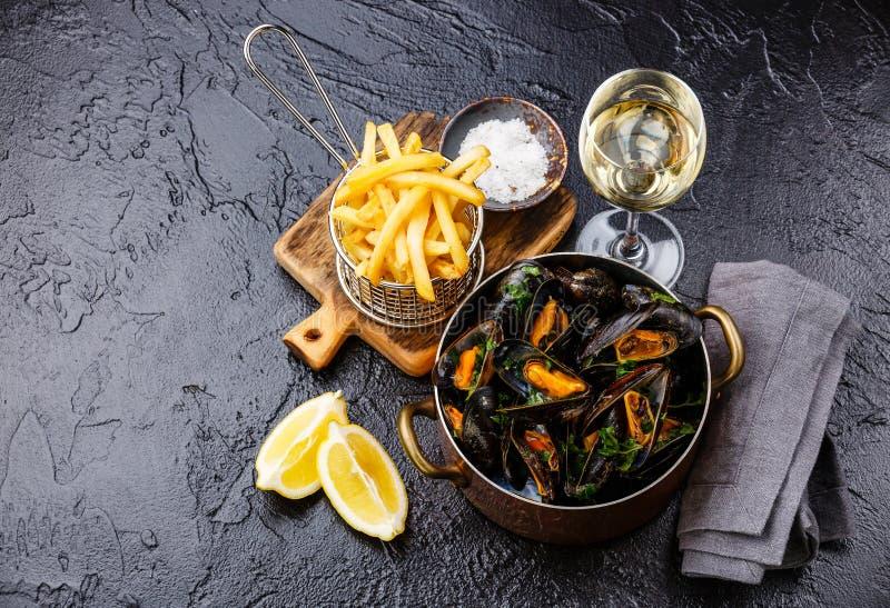 Musslor med vin- och fransmansmåfiskar arkivfoto