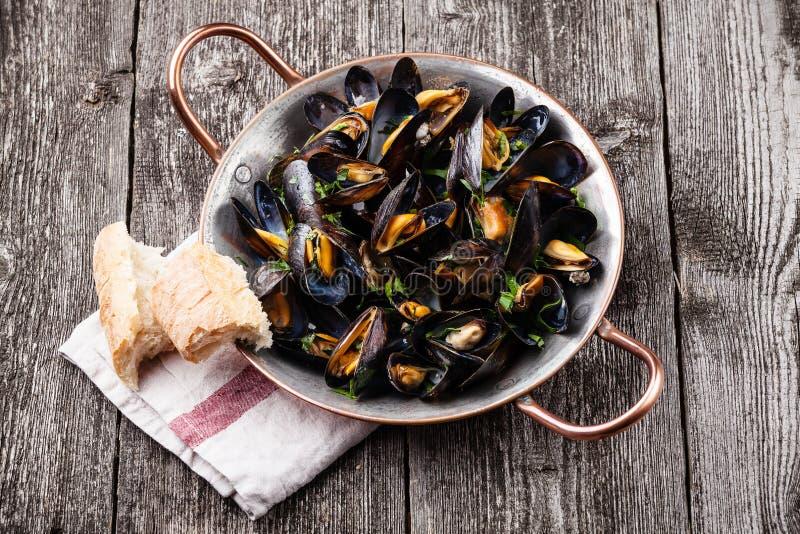 Musslor och fransk bagett arkivfoto