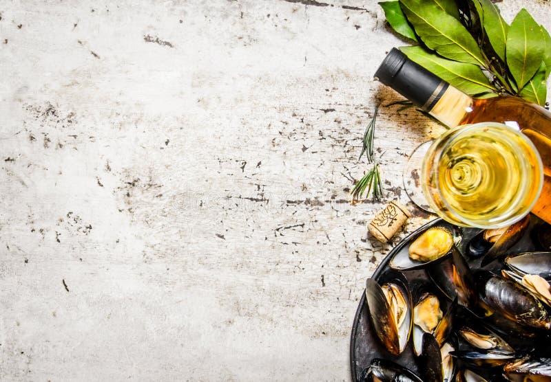 Musslor på ett magasin med vin På lantlig bakgrund arkivbild