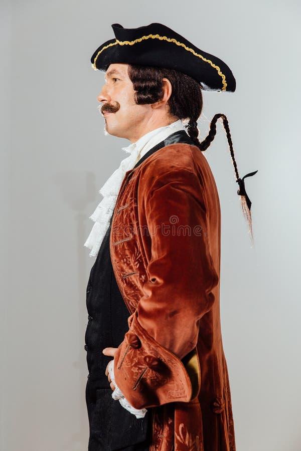 Mustachioed zonderlinge mens in de uitstekende kleren van de baron Hoeden tricorn, bruin jasje royalty-vrije stock foto's