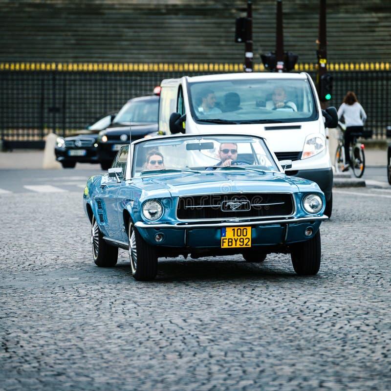 Mustang do vintage na rua de Paris foto de stock