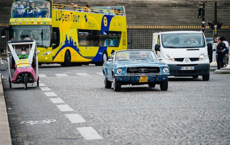 Mustang e riquexó do vintage na rua de Paris imagens de stock royalty free