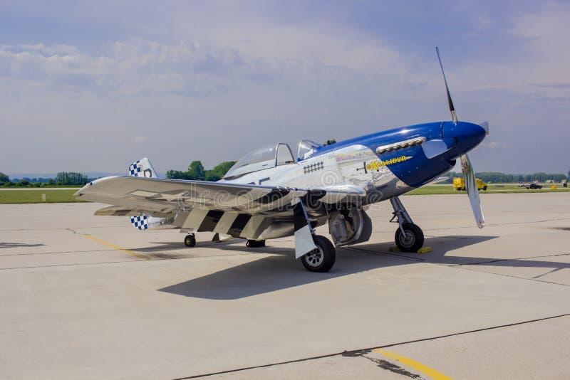 Mustang P51 på dess parkeringsområde fotografering för bildbyråer