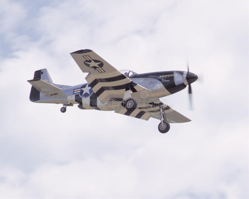 Mustang som P51 in kommer för en landning royaltyfri foto