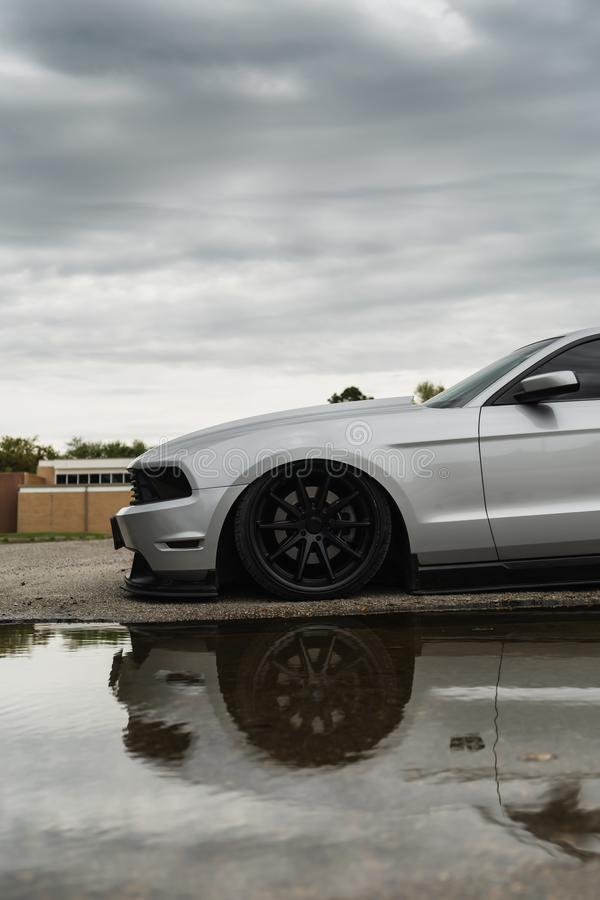 Mustango de plata debajo de los cielos tempestuosos con la reflexión imagen de archivo libre de regalías