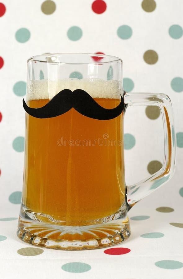 Mustasch på ölölkrus royaltyfria foton