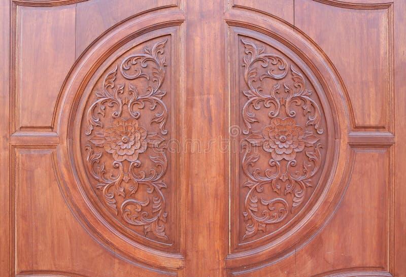 Muster der Blume geschnitzt auf hölzernem Hintergrund lizenzfreie stockbilder