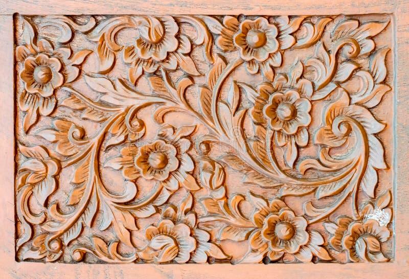 Muster der Blume geschnitzt auf hölzernem Hintergrund stockfotografie
