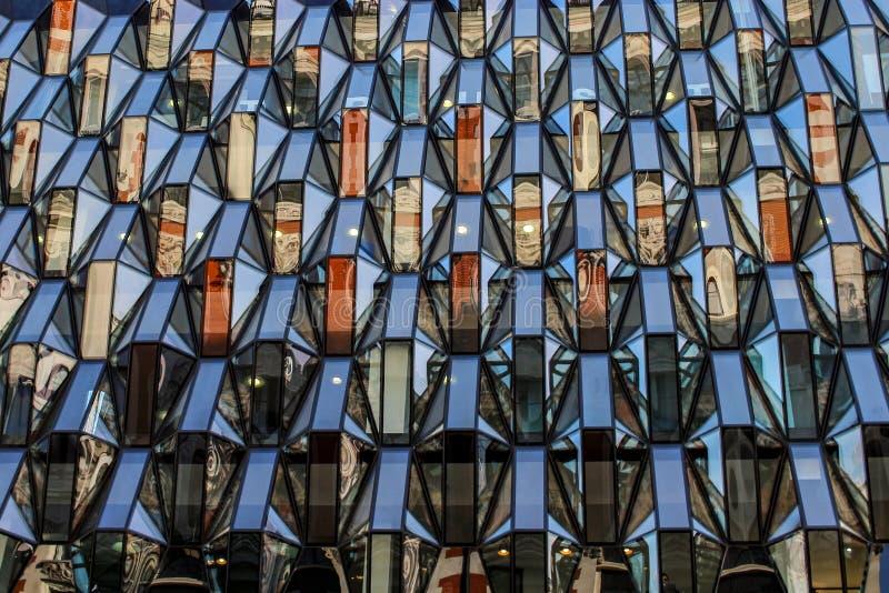 Muster der Fassade eines modernen Bürogebäudes vom Stahl und vom Glas stockfoto